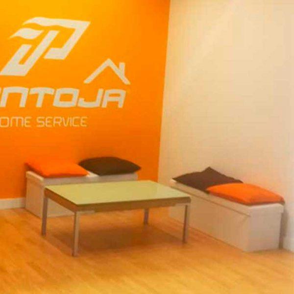 mobiliario-para-stand-en-yecla-feria-del-mueble-puff-alargado-myfstudio-800x800